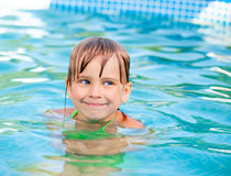 Заплывание ребенка в бассейне Стоковые Изображения