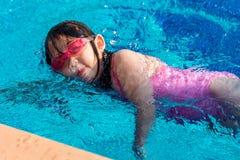 Заплывание ребенк в бассейне стоковая фотография rf