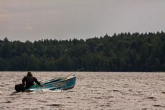 Заплывание рыболова на моторке Стоковые Изображения RF