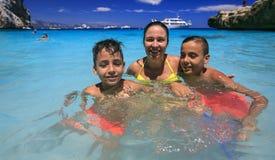 Заплывание семьи на пляже стоковое изображение