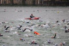 Заплывание триатлона спорта стоковая фотография rf