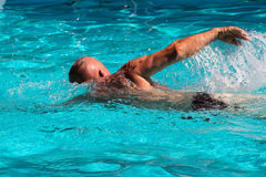 Заплывание человека в бассеине Стоковое фото RF