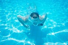 Заплывание человека в бассеине стоковая фотография rf