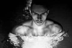 Заплывание человека в бассеине Стоковая Фотография
