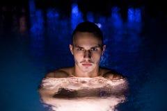 Заплывание человека в бассеине Стоковые Фотографии RF