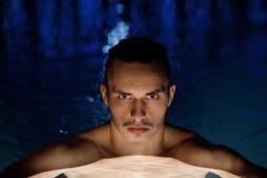 Заплывание человека в бассеине Стоковое Фото