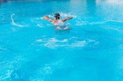 Заплывание человека в бассейне самостоятельно Стоковые Изображения