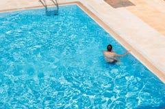 Заплывание человека в бассейне самостоятельно Стоковые Изображения RF