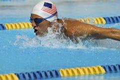 Заплывание человека в бассейне Стоковые Изображения