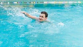 Заплывание человека в бассейне Стоковое фото RF