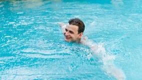 Заплывание человека в бассейне Стоковые Изображения RF