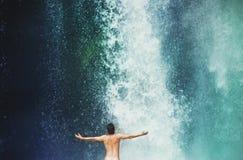 Заплывание человека в водопаде Стоковая Фотография RF
