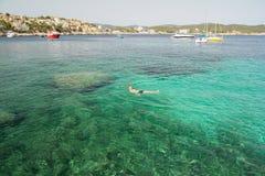 Заплывание человека в море бирюзы Стоковые Изображения RF