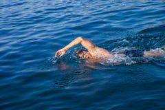 Заплывание человека в открытом море стоковые изображения rf