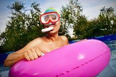 Заплывание человека в портативном бассейне стоковые фото