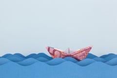 Заплывание шлюпки евро на бумажных волнах Стоковое фото RF