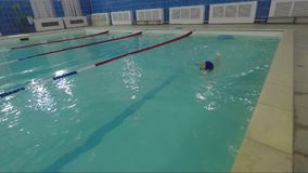 Заплывы девушки в бассейне воды сток-видео