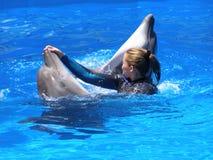 Заплывы девушки с дельфинами Стоковое Фото