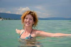 Заплывы красивые молодой женщины в озере стоковое фото rf