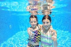 Заплыв детей в бассейне подводном Стоковая Фотография