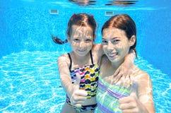 Заплыв детей в бассейне подводном Стоковые Изображения