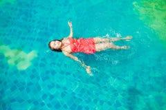 Заплыв женщин Азии в бассейне Стоковое Изображение