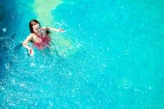 Заплыв женщин Азии в бассейне Стоковые Фотографии RF