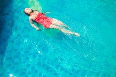 Заплыв женщин Азии в бассейне Стоковое Изображение RF