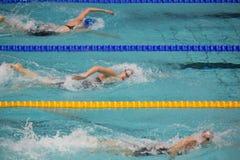 Заплыв женщин спортсменов в олимпийских спорт сложных Стоковое Фото