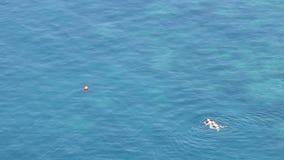 Заплыв человека и женщины в море видеоматериал