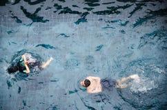 Заплыв людей в бассейне Стоковые Изображения