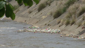 Зараженные воды реки сток-видео