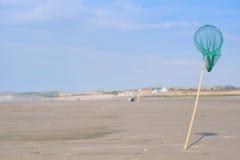 Заразительная зеленая сеть в стоять на песчаном пляже Стоковое Фото