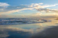 Зарево вечера на атлантическом пляже, Северной Каролине стоковые фото