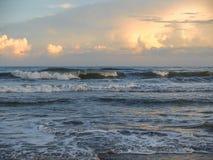 Зарево вечера на атлантическом пляже, Северной Каролине стоковая фотография rf