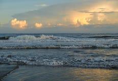 Зарево вечера на атлантическом пляже, Северной Каролине стоковые изображения rf