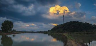 Зарево захода солнца лета в сельской местности Китая стоковые фотографии rf