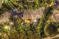 Зарево ночи украшенного спруса дома рождества в свете гирлянды СИД Стоковые Изображения