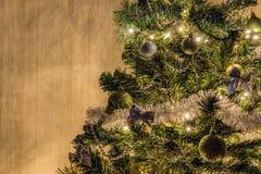 Зарево ночи украшенного спруса рождества в свете гирлянды СИД Стоковое фото RF