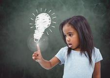 Зарево пирофакела девушки касающее с зеленым чертежом эскиза предпосылки и электрической лампочки Стоковые Изображения RF