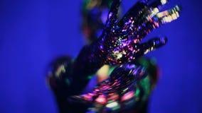 Зарево рук девушки в ультрафиолетовом свете акции видеоматериалы