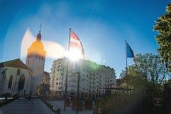 Зарево солнца через флаг Haute-Савойя и зданий Стоковое Изображение RF