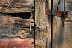 Заржаветая защелка на старом амбаре Стоковое Изображение