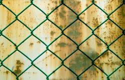 Заржаветая зеленая проволочная изгородь над предпосылкой металла Grunge Стоковое Изображение RF
