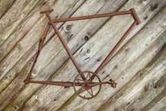 Заржаветая смертная казнь через повешение рамки велосипеда на стене Стоковые Фотографии RF