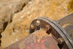 Заржаветая труба с эрозией почвы стоковая фотография rf
