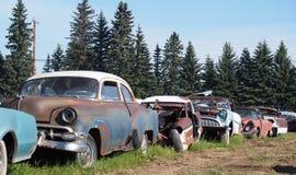 Заржаветые вне античные автомобили Стоковое фото RF