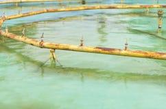 Заржаветые желтые трубы и струи воды фонтана, который стекли для обслуживания или обслуживать на летний день стоковые изображения