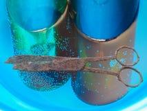 Заржаветые ножницы и бутылки стоковое фото