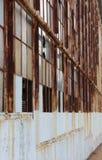 Заржаветые оконные рамы покинутого здания стоковые изображения